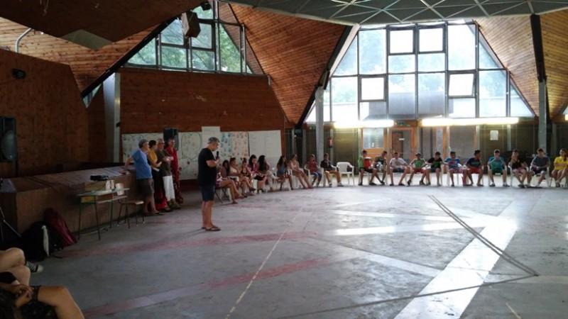 Nyári Oszkár bemutatja a gyerekeknek a Karavánt (Fotó: Nyári Pál)